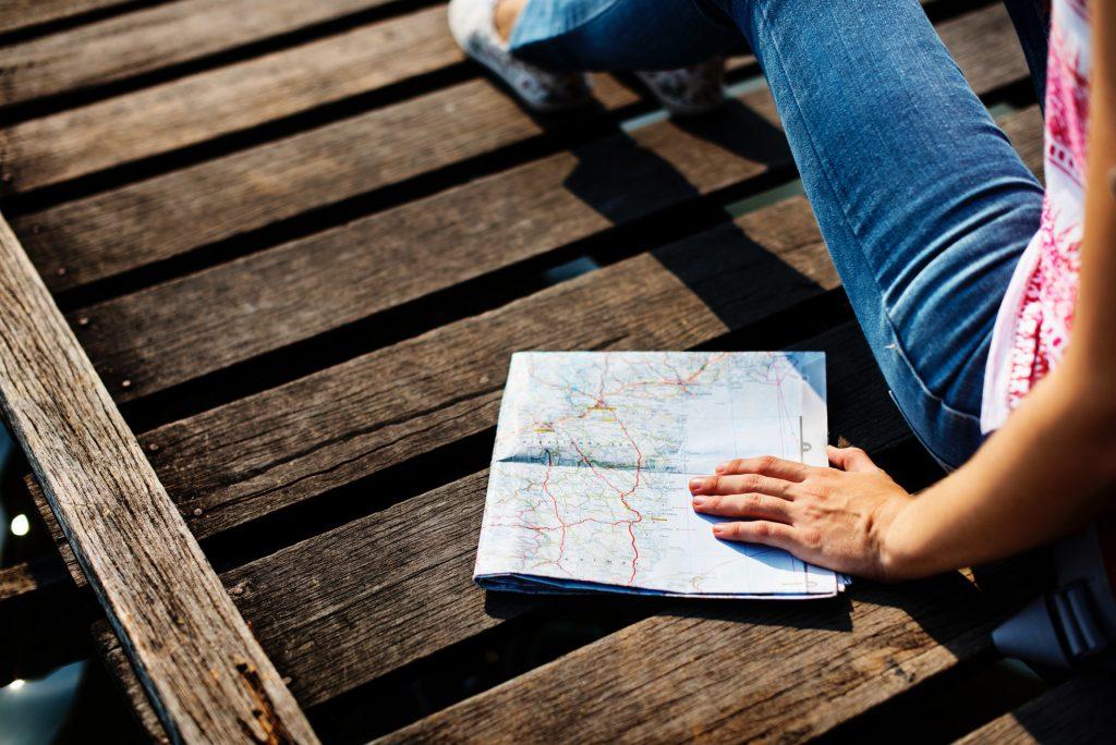 Chica con mapa - CFGS-Online-Guia-Informacion-y-Asistencias-Turisticas